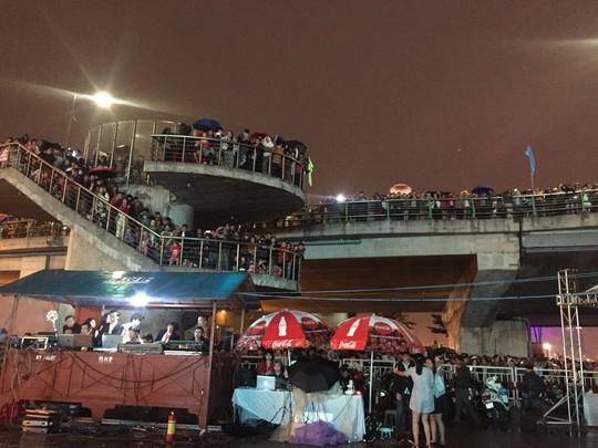 Pháo hoa giữa sông Hàn đón năm mới ở Đà Nẵng - Ảnh 3.