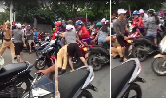 Thanh niên xăm trổ rút dao tấn công CSGT Nha Trang - Ảnh 1.