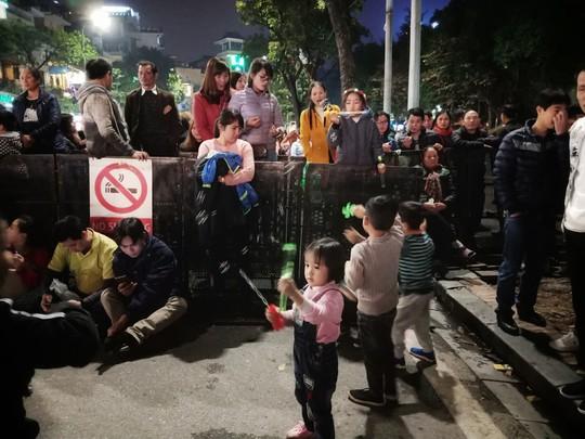 Hồ Gươm tràn ngập người chờ đón giao thừa 2018 - Ảnh 7.