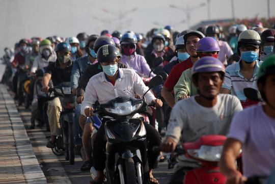 bắt đầu từ 7 giờ, lượng xe trên xa lộ Hà Nội đông đột biến, các phương tiện lưu thông khó khăn.