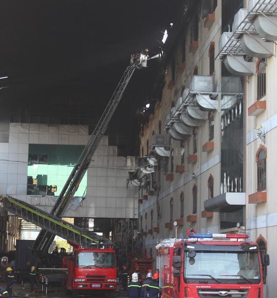 Lực lượng PCCC đang khẩn trương dập tắt lửa khi đám cháy bùng phát trở lại vào tối 26-3