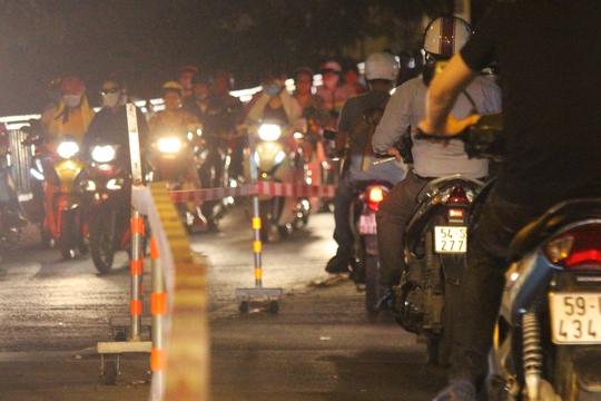 Để hạn chế tình trạng kẹt xe trên cầu Chữ Y, lực lượng chức năng lập 1 rào chắn đừng ngang đường Nguyễn Thị Tần (quận 8) để hạn chế các phương tiện cắt ngang luồng giao thông từ cầu Chữ Y đổ xuống.
