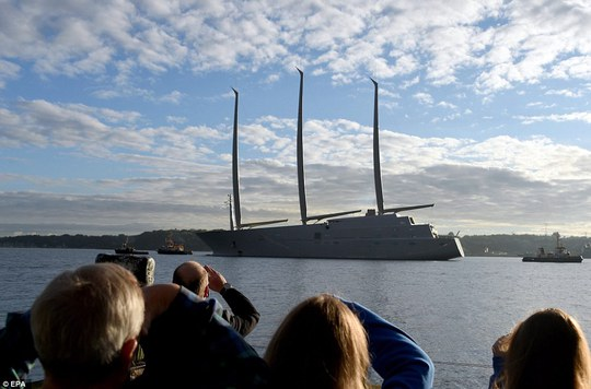 Sailing Yacht A thu hút sự chú ý của mọi người khi ra khơi. Ảnh: EPA