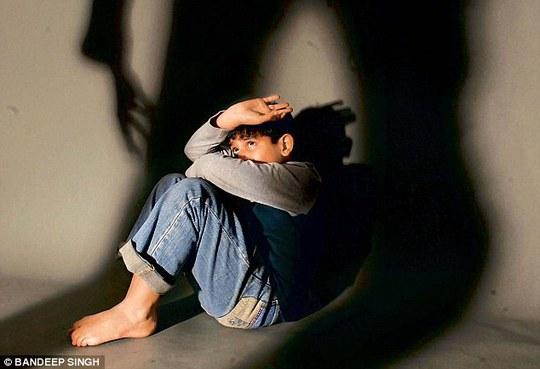 Theo y văn, đa phần trẻ bị lạm dụng tình dục bởi chính người quen thân của gia đình Ảnh: DAILY MAIL