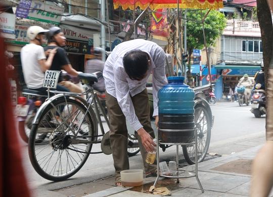 Bình nước, thùng bánh mì Thạch Sanh giữa phố cổ Hà Nội - Ảnh 1.
