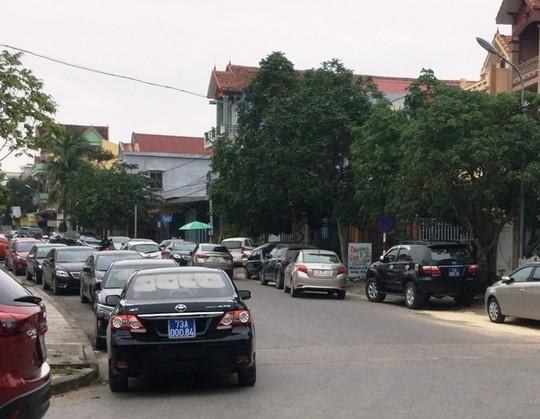 Hàng chục xe biển xanh dự tiệc cưới con trai lãnh đạo tỉnh Quảng Bình - Ảnh 3.