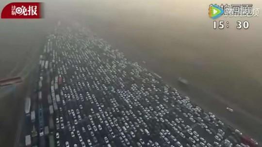 Cảnh quay từ trên không cho thấy kẹt xe dữ dội trên đường cao tốc Bắc Kinh - Hồng Kông - Macau vào đêm 2-1. Các xe phải xếp hàng dài chờ qua trạm thu phí gần Bắc Kinh. Ảnh: YouTube