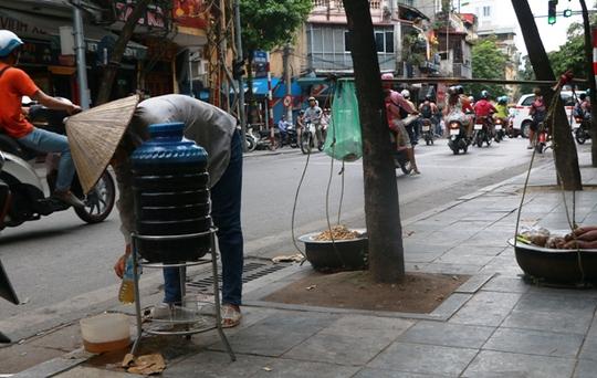 Bình nước, thùng bánh mì Thạch Sanh giữa phố cổ Hà Nội - Ảnh 10.