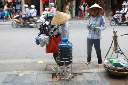 Bình nước, thùng bánh mì Thạch Sanh giữa phố cổ Hà Nội - Ảnh 11.