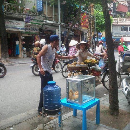 Bình nước, thùng bánh mì Thạch Sanh giữa phố cổ Hà Nội - Ảnh 9.