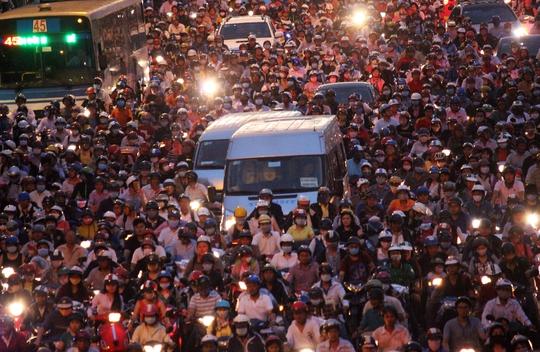 Hàng nghàn người mệt mỏi, mắc kẹt trong đám đông xe cộ