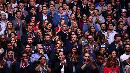 Đám đông vỗ tay khi nghe ông Obama phát biểu.