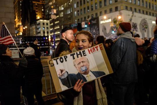 Người biểu tình phản đối ông Trump hôm 19-1. Ảnh: REUTERS