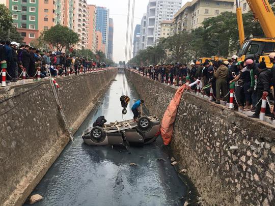 Rất đông người dân hiếu kỳ đứng xem vụ tai nạn