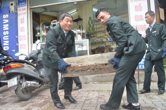Nhiều cửa hàng lấn chiếm bị lực lượng Thanh tra Sở xử lý