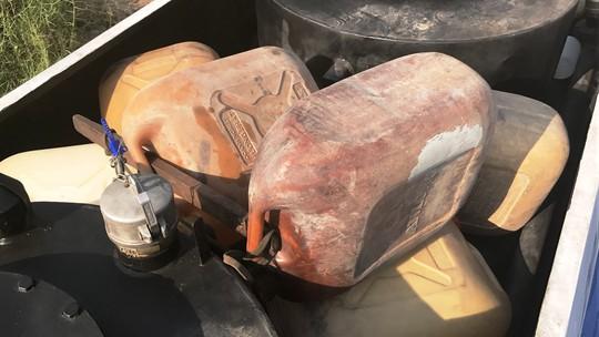 Hàng chục loại can 30 lít đựng xăng, dầu chuẩn bị được mang đi tiêu thụ bị công an thu giữ