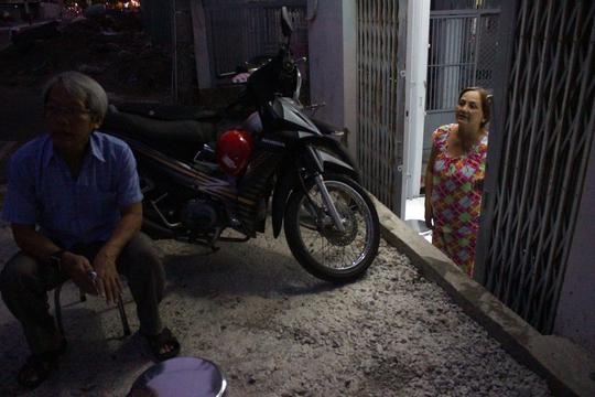 Nhà bà Liên xây dựng năm 2012 cao hơn mặt đường khoảng 0,5m nhưng đến khi đường Phan Văn Hân được nâng lên thì ngôi nhà lại lọt xuống gần 0,7m khiến sinh hoạt trong nhà bị đảo lộn. Theo bà Liên, phần cống hộp xây dựng sát vách tường cũng khiến ngôi nhà bị nghiêng một chút.