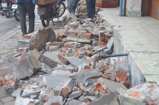 Một hộ gia đình trên phố Nguyễn Lương Bằng bị cưỡng chế phần vi phạm