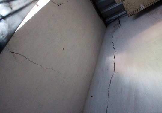 Một phòng trọ của người dân bị rạn nứt nghi do rung chấn gây ra vào sáng 14-3.