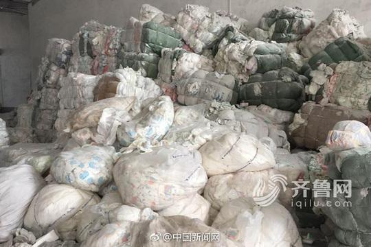 Tã đã qua sử dụng chất đầy bên trong nhà máy. Ảnh: Iqilu.com