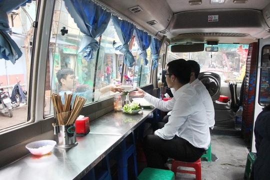 Chiếc xe khách tháo hết ghế ngồi để bày bàn ghế bên trong bán hàng cho khách - Ảnh: Ng. D.