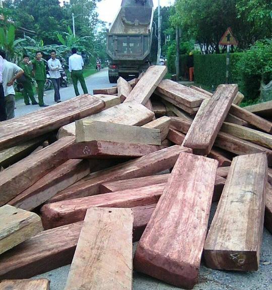 Gần 20 m khối gỗ lậu bị tài xế đổ ập xuống đường gây cản trở giao thông nghiêm trọng vào sáng 20-3