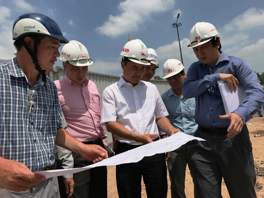 Lãnh đạo Sở GTVT kiểm tra việc thi công cầu vượt ở khu vực nút giao Trường Sơn - Hồng Hà (quận Tân Bình)
