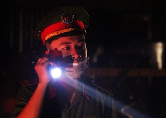 Do tình hình rối loạn, lực lượng công an vừa phải căng mình phụ cứu hỏa vừa phải canh chừng trật tự, bảo vệ tài sản cho người dân.