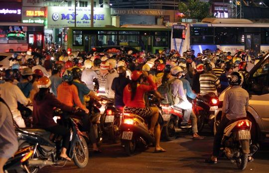 Xe máy, xe hơi đều chôn chân ngay giữa vòng xoay, ai cũng mệt mỏi.