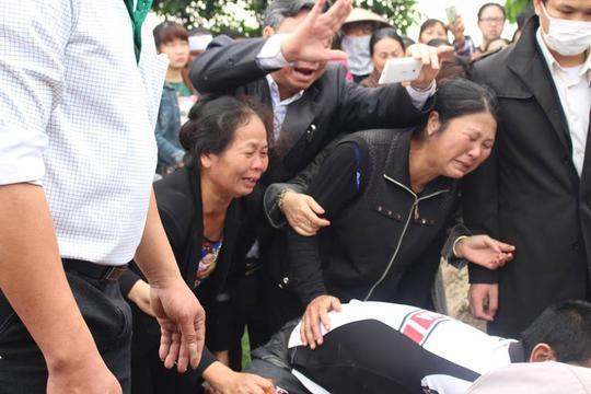 Mọi người đều đau xót trước sự ra đi đột ngột của bé Nhật Linh