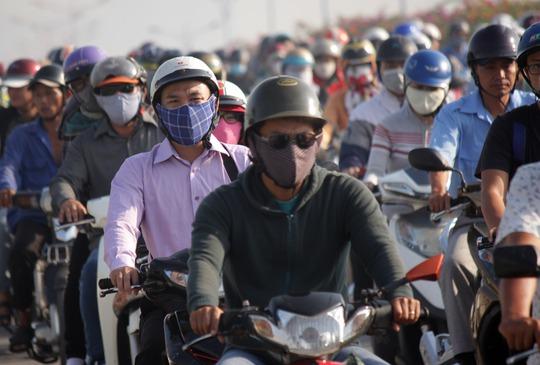 Nhiều người tỏ ra sốt ruột vì đã trễ giờ học giờ làm nhưng vẫn còn mắc kẹt trong đám kẹt xe.