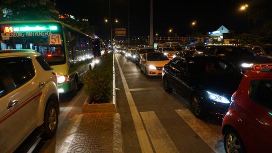 Ô tô xếp hàng dài trên đường Phạm Văn Đồng, đoạn gần giao lộ với đường Nguyễn Xí đến vòng xoay Phan Văn Trị