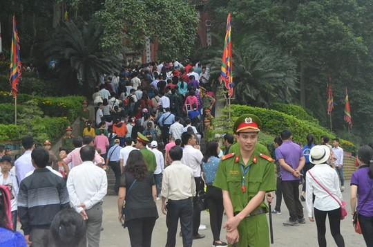 Năm nay Lễ hội Đền Hùng được tổ chức sớm hơn một 1 giờ nên lượng khách đổ dồn lên đền Thượng không đông như mọi năm