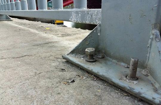 Khu vực dưới chân cầu Công Lý, đường Trường Sa, quận Phú Nhuận, TP HCM cũng bị kẻ gian đánh cắp mất ốc vít.
