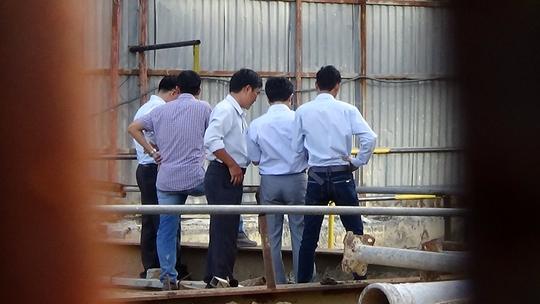 Lực lượng chức năng đang xem xét tình trạng sụt lún phía bên trong hố công trình.