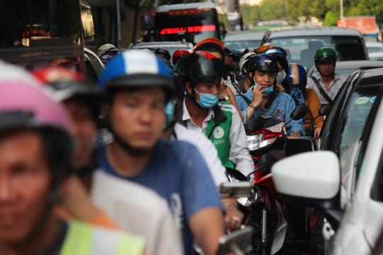 Trong khi đó xe máy phải chen chúc khó khăn giữa ô tô để di chuyển trên đường Lê Lai.