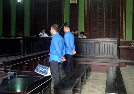 Hai bị cáo đã rút tiền hàng trăm lượt tại các ngân hàng