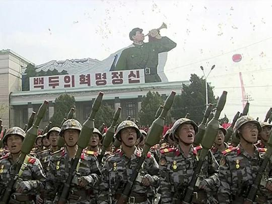 Binh sĩ Triều Tiên cầm súng AK-47 với khả năng phóng lựu đạn. Ảnh: AP