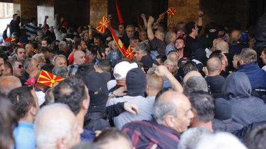 Đổ máu trong Quốc hội Macedonia sau khi lộ diện tân chủ tịch - Ảnh 3.