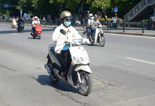 Muôn kiểu chống chọi nóng kinh người trên 40 độ C ở Hà Nội - Ảnh 5.