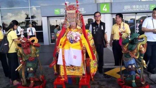 """Ba tượng thần Trung Quốc """"đáp"""" máy bay tới Malaysia - Ảnh 3."""