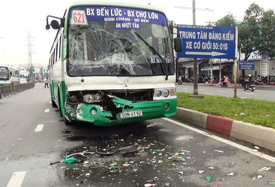Xe buýt tông nhau biến dạng, hành khách hốt hoảng - Ảnh 2.