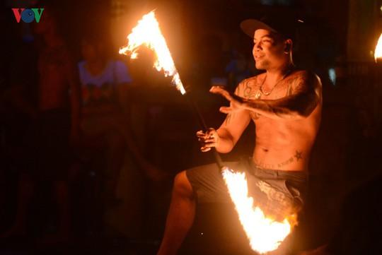 Những người đùa với lửa ở Thái Lan - Ảnh 3.