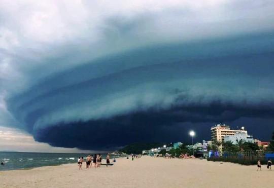 """Đám mây đen kịt hình thù kỳ lạ như """"nuốt chửng"""" biển Sầm Sơn - Ảnh 1."""