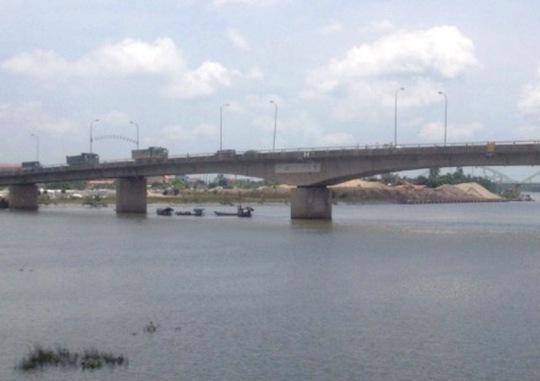 1 cán bộ dự án tỉnh Ninh Bình bỏ ô tô nhảy sông tự tử - Ảnh 1.