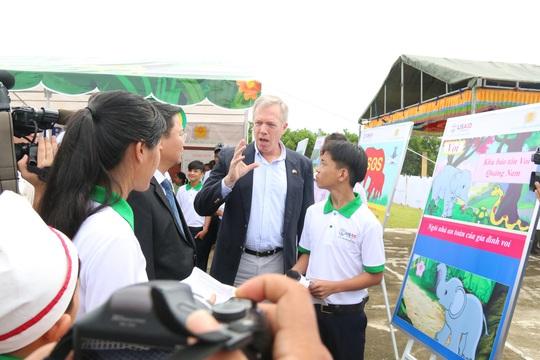 Đại sứ Hoa Kỳ Ted Osius khen HS Quảng Nam hiểu biết loài voi - Ảnh 1.