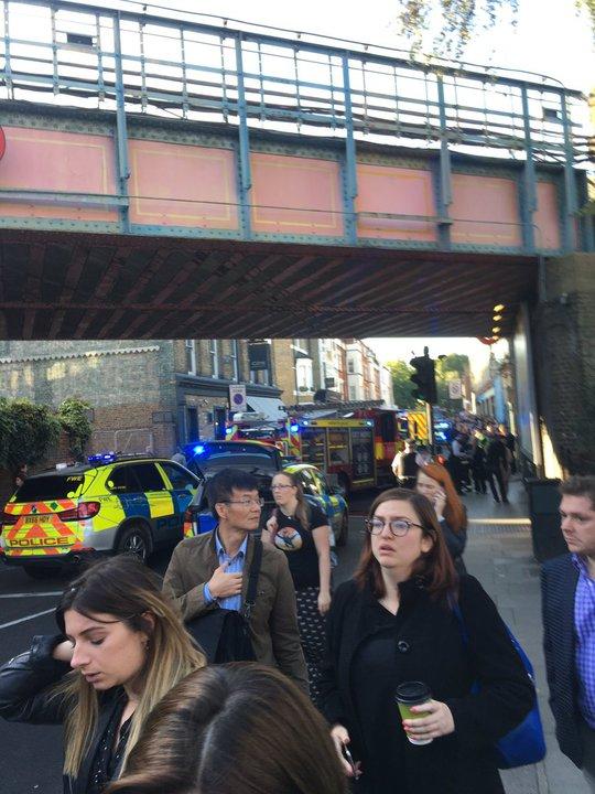 Anh: Bức tường lửa phủ kín tàu điện ngầm, nhiều người bỏng nặng - Ảnh 4.