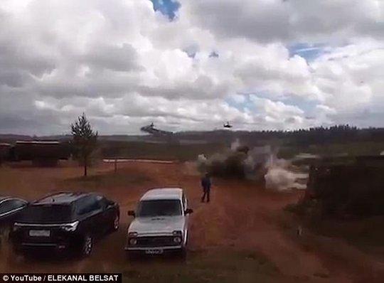 Trực thăng Nga bắn rốc-két nhầm người đứng xem tập trận - Ảnh 3.
