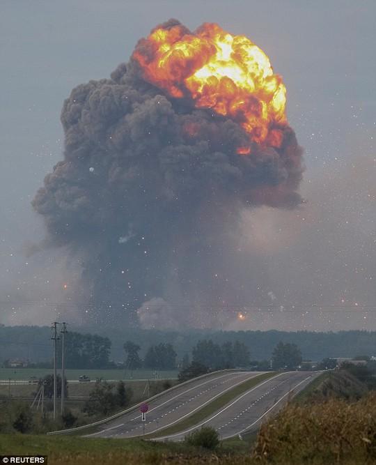 Ukraine: Nổ tại căn cứ quân sự, tên lửa bắn tứ tung lên trời - Ảnh 3.
