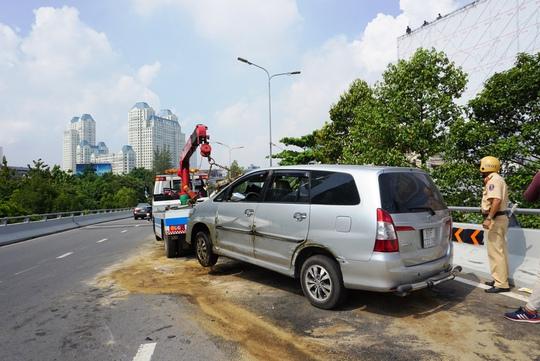 Toyota Innova văng như phim trên cầu Nguyễn Hữu Cảnh - Ảnh 2.